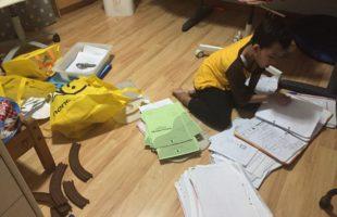 Family Project Hari Ke-2: Menyortir Buku dan Lembar Kerja Dari Meja