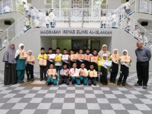 Foto bareng teman-teman satu sekolah yang mendapat medali Math Olympiad